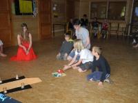 Fotka Stavebníci princezny Elisis předvádějí svou pyramidu.